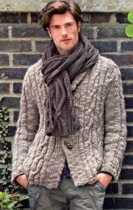 Шарф на мужчине и серый свитер