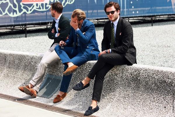 С чем носить синие ботинки для мужчин?