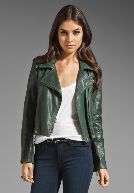 С чем носить зеленую косуху?