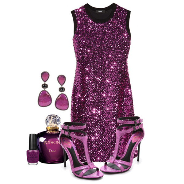 С чем носить фиолетовые босоножки: фиолетовое вечернее платье с блестками, украшения.