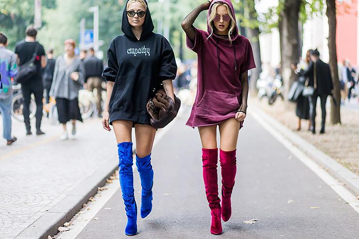 Две девушки на подиуме в разноцветных худи с капюшонами и высоких ботфортах