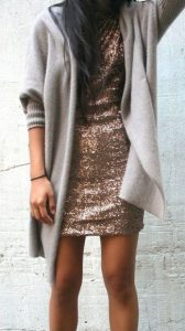 Серый кардиган и золотое короткое платье
