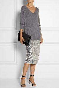 Женщина в серебряном платье и в серой кофте