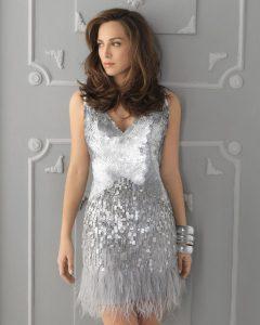 Девушка в коротком серебрянном платье из пайеток