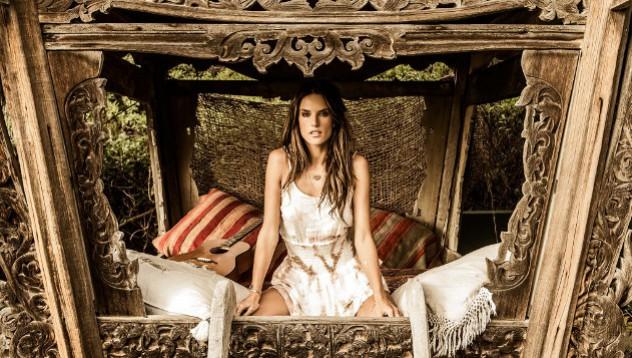 Алессандра Амбросио представила своею весеннюю коллекцию одежды