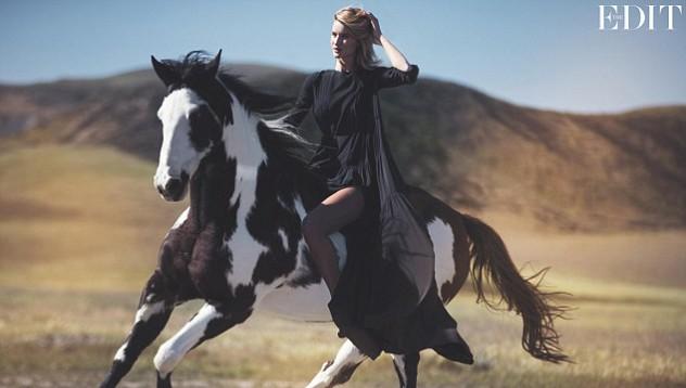 В новой фотосессии для американского журнала модель Рози Хантингтон-Уайтли сыграла роль привлекательной пастушку - эта мечта, ставшая реальностью для многих представителей сильного пола.