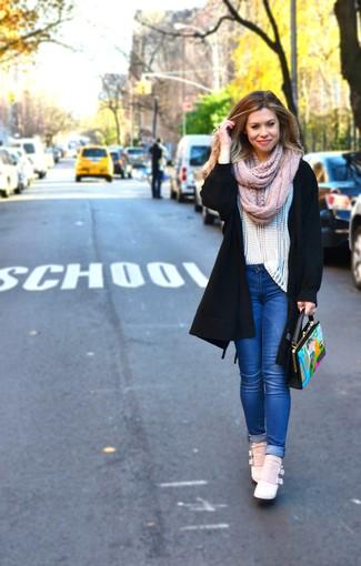 Девушка в длинном черно кардигане, синих джинсах, в сникерсах кораллового цвета