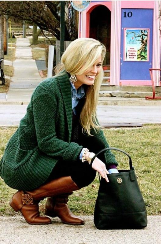 Девушка на корточках с сумкой черного цвета в руках