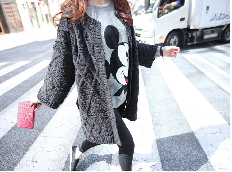 Девушка, идущая по дороге в длинной кофте и в футболке с микки маусом