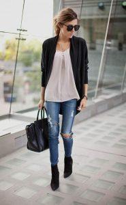 Девушка, идущая в здании с сумкой в руке