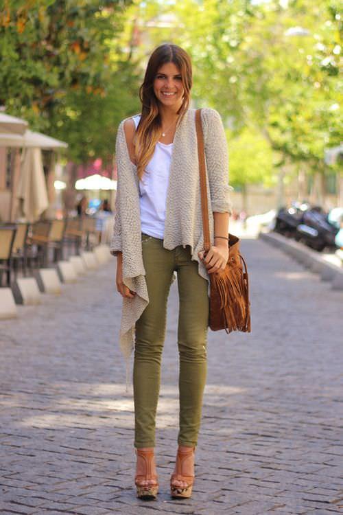 Девушка на улице в зеленых брюках