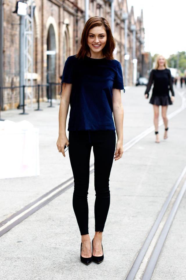 Красивый образ из черных обтягивающих брюк и синий бархатной кофты
