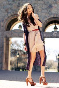 Девушка в сиреневом кардигане и в платье кремового цвета