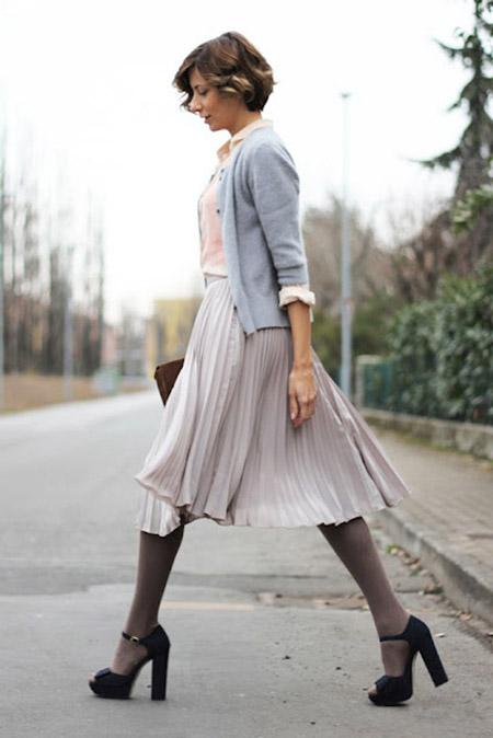 Девушка в длинной юбке на улице