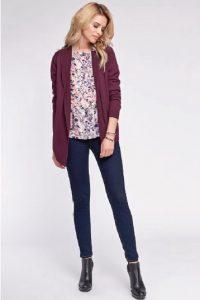 Девушка модельа в синих джинсах, красиво блузке розового цвета