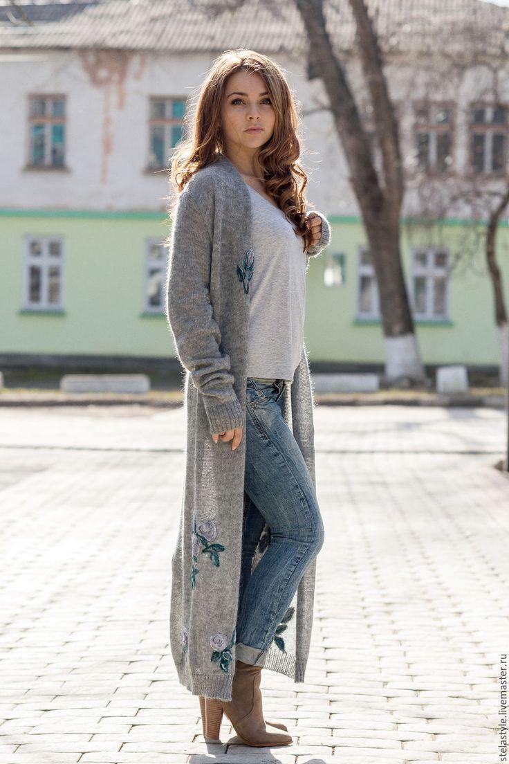 Красивый уличный стиль: джинсы, кардиган серого цвета и светло-серая футболке