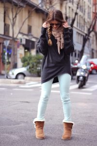 Девушка в светлых джинсах и кричневых уггах
