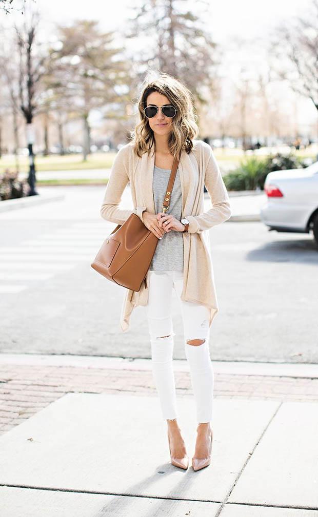 Девушка на улице с большой коричневой сумкой на плече