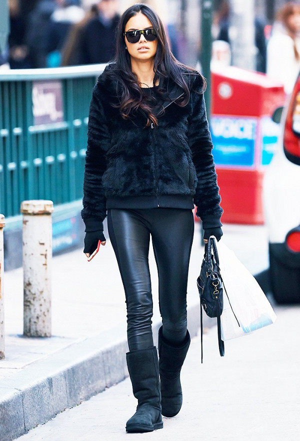 Модель в шубе черного цвета, с черной сумкой в руке