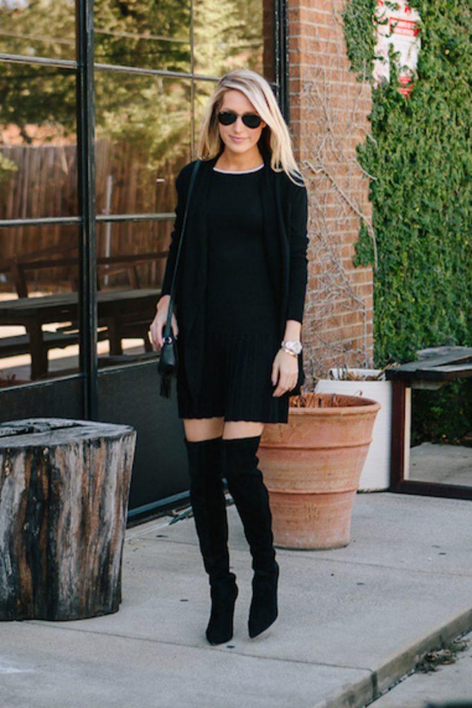 Девушка в черном луке: черное платье, кардиган и сапоги