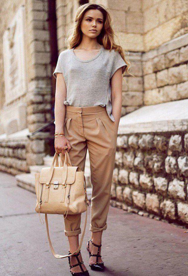 Красивый образ с серой футболкой и бежевых брюках