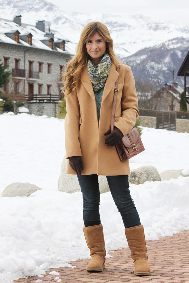 Девушка зимой в пальто песочного цвета, сумкой через плечо
