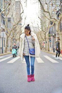 Девушка, стоящая на улице в розовых уггах