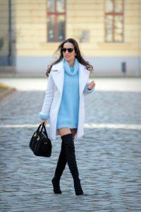Красивый образ из длинного свитера и белого пальто