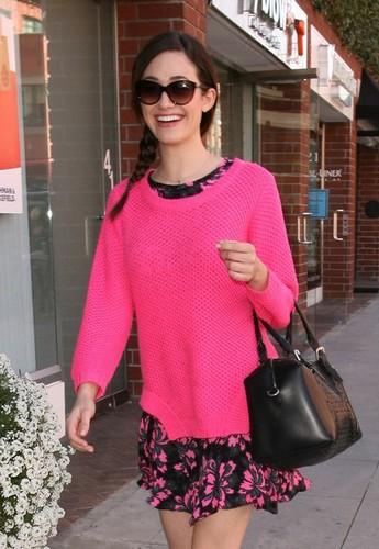 Розовый свитер на девушке