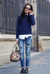 Темно синий свитер на девушке