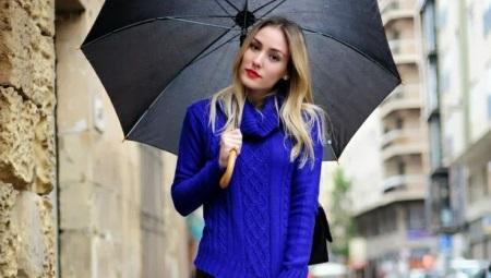 Девушка на улице с зонтиком в руках