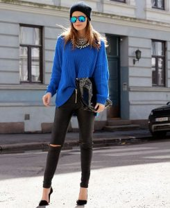 Девушка на улице в черных брюках