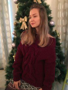 Девушка около елки