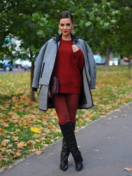 Яркая девушка в брюках винного оттенка и таком же свитере на улице