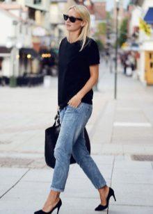 Девушка в джинсах и в черной футболке