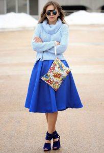 Девушка в синей юбке и в голубом свитере