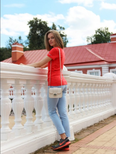 Девушка на красивом балконе