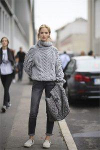 Девушка на улице в серых джинсах