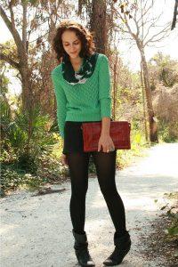 Девушка в коротких шортах, зеленой кофте и колготах