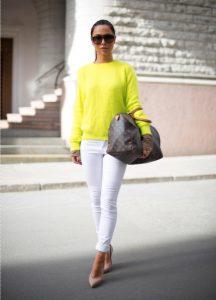 Девушка с сумкой в руках с белыми джинсами