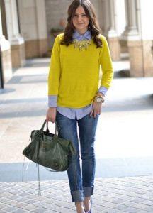 Девушка, идущая по улице с сумкой в руке