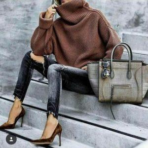 Свитер хомут коричневого цвета, сумка серого цвета, джинсы и туфли на высоком каблуке