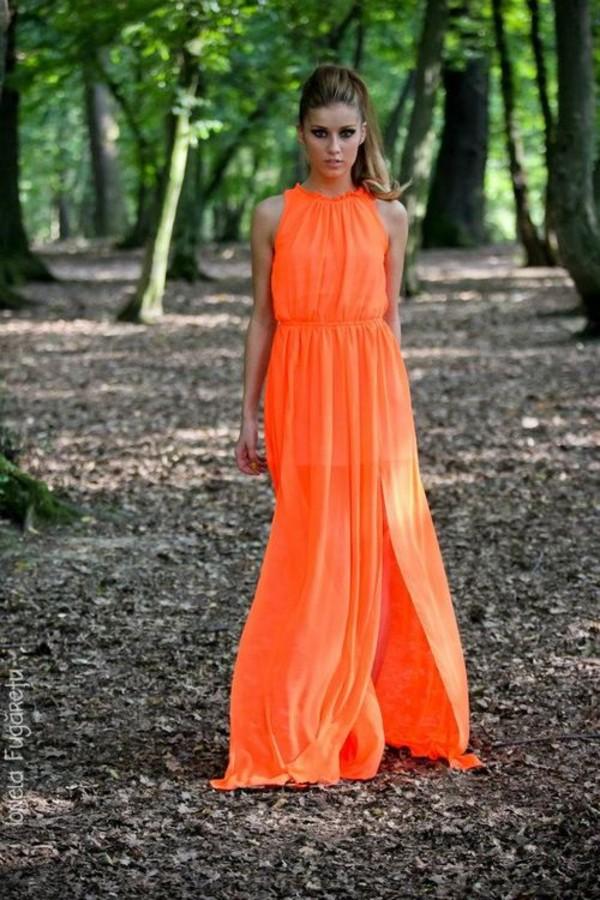 Девушка в длинном оранжевом платье