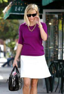 Риз Уизерспун в белой юбке и фиолетовом свитере