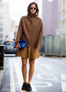 Девушка на улице в короткой юбке и свитере
