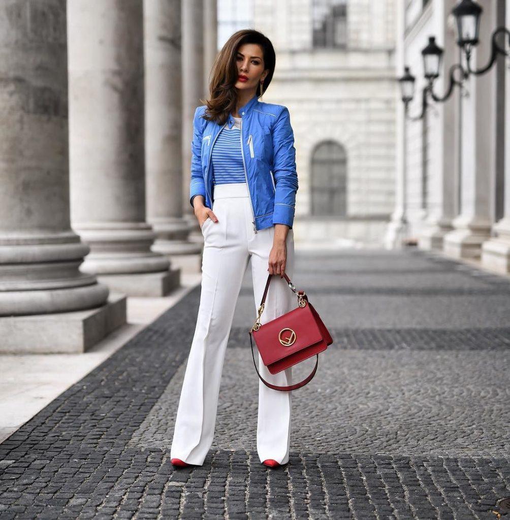 Красивый костюм, состоящий из белых брюк, синей блузы и синего жакета