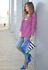 Светлая девушка около стены здания в красивом луке