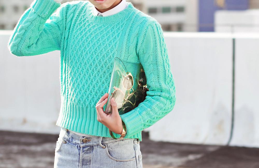 Светлые джинсы, клатч золотого цвета, белая рубашка и бирюзовый свитер
