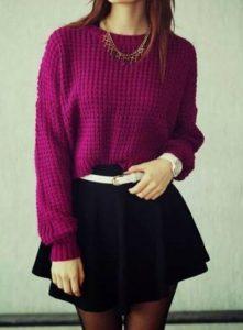 Девушка в фиолетовом свитере и черной короткой юбке