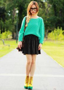 Модель в юбке и ярком свитере